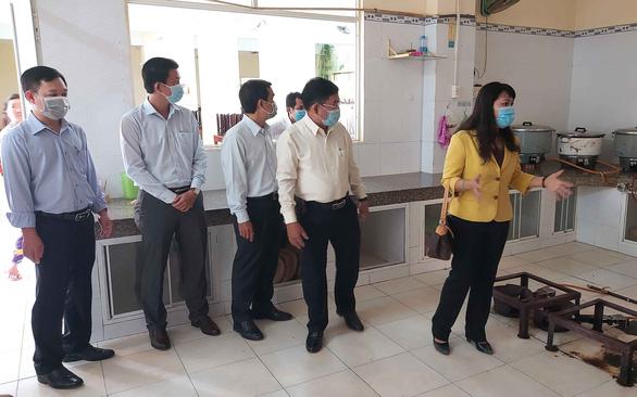 Học sinh hơn 30 tỉnh thành trở lại trường: Dùng loa gọi học sinh khi cha mẹ đón - Ảnh 1.