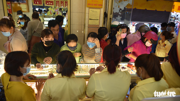 TP.HCM: Giá vàng cao nhiều người vẫn mua lấy hên Ngày thần tài - Ảnh 7.
