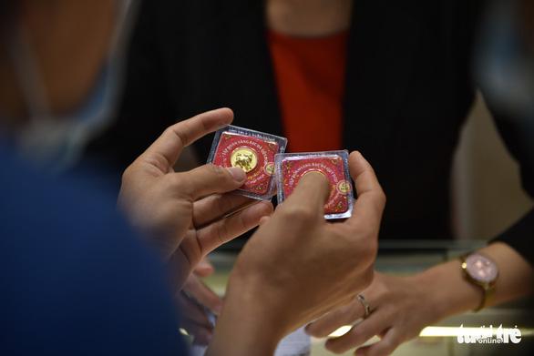 TP.HCM: Giá vàng cao nhiều người vẫn mua lấy hên Ngày thần tài - Ảnh 6.