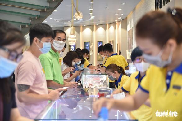 TP.HCM: Giá vàng cao nhiều người vẫn mua lấy hên Ngày thần tài - Ảnh 2.