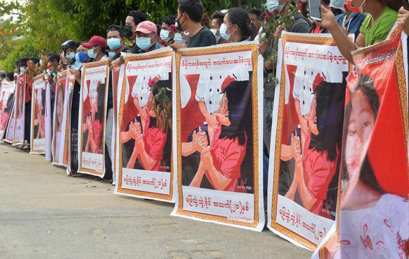 Người dân Myanmar đưa tiễn nữ anh hùng tuổi 20 - Ảnh 3.