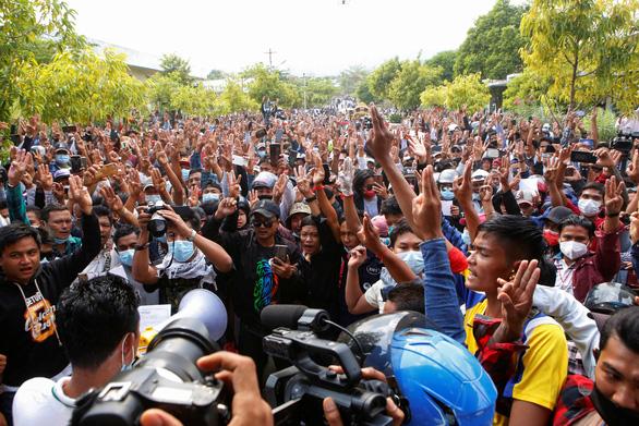 Người dân Myanmar đưa tiễn nữ anh hùng tuổi 20 - Ảnh 4.