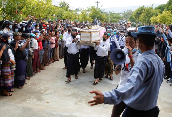 Người dân Myanmar đưa tiễn nữ anh hùng tuổi 20 - Ảnh 5.