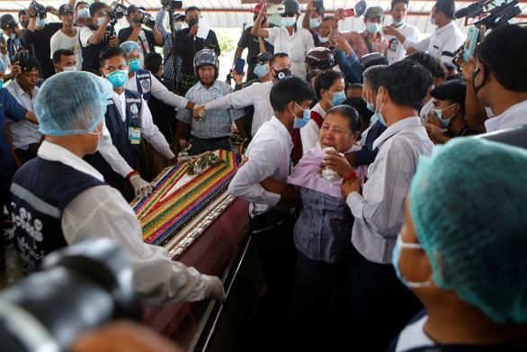 Người dân Myanmar đưa tiễn nữ anh hùng tuổi 20 - Ảnh 6.