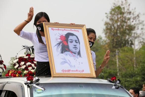 Người dân Myanmar đưa tiễn nữ anh hùng tuổi 20 - Ảnh 2.