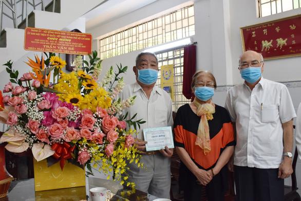 Trưởng Ban Tuyên giáo Thành ủy TP.HCM thăm, chúc mừng các thầy thuốc tiêu biểu - Ảnh 1.