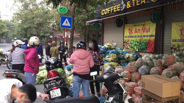 Đông đảo người dân đến với phiên chợ 0 đồng của MC Đại Nghĩa giải cứu nông sản Hải Dương - Ảnh 8.