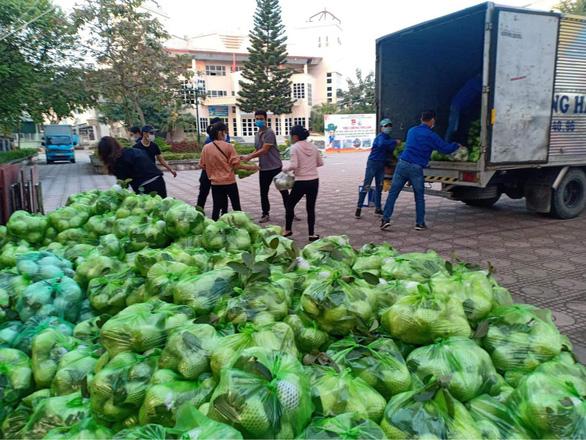 Đông đảo người dân đến với phiên chợ 0 đồng của MC Đại Nghĩa giải cứu nông sản Hải Dương - Ảnh 4.