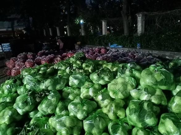 Đông đảo người dân đến với phiên chợ 0 đồng của MC Đại Nghĩa giải cứu nông sản Hải Dương - Ảnh 7.