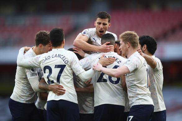 Hạ Arsenal, Man City thắng trận thứ 18 liên tiếp - Ảnh 1.
