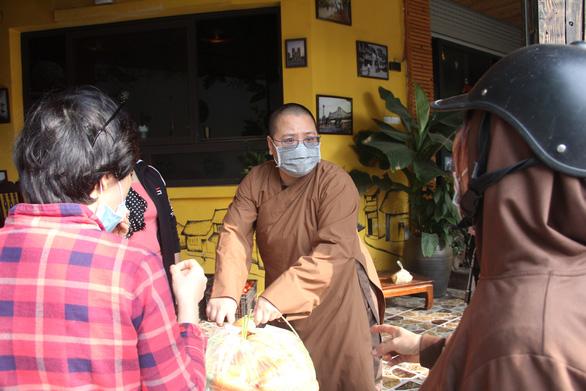 Đông đảo người dân đến với phiên chợ 0 đồng của MC Đại Nghĩa giải cứu nông sản Hải Dương - Ảnh 1.