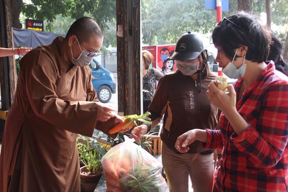 Đông đảo người dân đến với phiên chợ 0 đồng của MC Đại Nghĩa giải cứu nông sản Hải Dương - Ảnh 2.