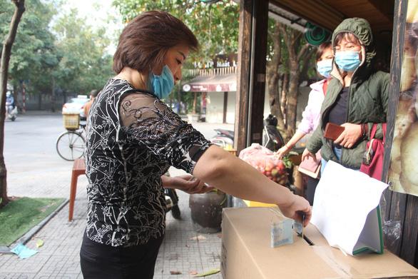 Đông đảo người dân đến với phiên chợ 0 đồng của MC Đại Nghĩa giải cứu nông sản Hải Dương - Ảnh 3.