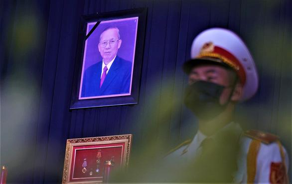 Xúc động hàng ngàn người dân tiễn đưa nguyên Phó thủ tướng Trương Vĩnh Trọng về nơi an nghỉ - Ảnh 2.