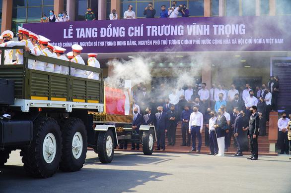 Xúc động hàng ngàn người dân tiễn đưa nguyên Phó thủ tướng Trương Vĩnh Trọng về nơi an nghỉ - Ảnh 5.