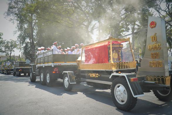 Xúc động hàng ngàn người dân tiễn đưa nguyên Phó thủ tướng Trương Vĩnh Trọng về nơi an nghỉ - Ảnh 1.