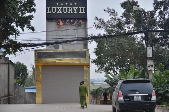 Án mạng ở Hòa Bình: Hung thủ mượn dao của quán truy sát cả phòng, 3 người chết đều ở Hà Nội - Ảnh 2.