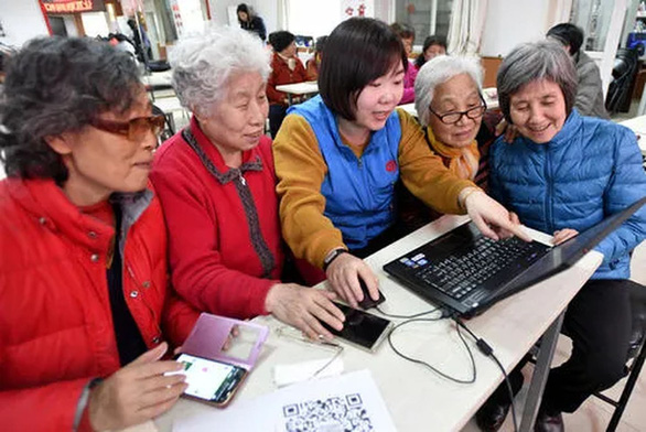 Các cụ già 60-90 tuổi học sử dụng smartphone để chống dịch COVID-19 - Ảnh 1.