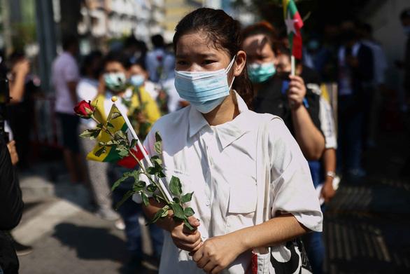 Myanmar: Hàng triệu người dân xuống đường dù bị đe dọa có thêm người chết - Ảnh 1.