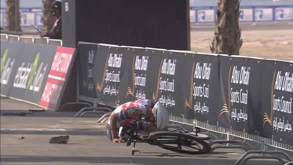 Video: Pha về đích đau đớn của tay đua 19 tuổi Antonio Tiberi - Ảnh 2.