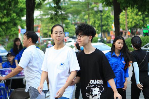 Hà Nội tiếp tục tuyển sinh đầu cấp trực tuyến và trực tiếp, số học sinh vào lớp 1, 6 sẽ giảm - Ảnh 1.
