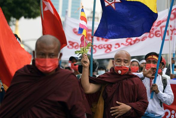 Mỹ, EU tính trừng phạt những người dính líu đảo chính ở Myanmar - Ảnh 1.