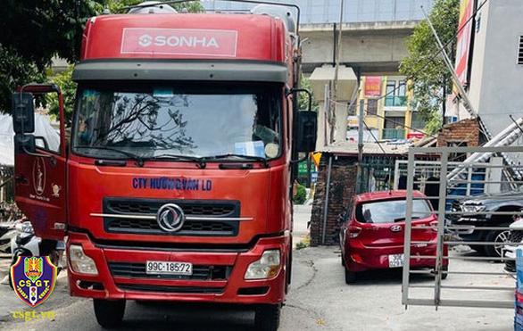 Tài xế lùi xe container trên cao tốc bị phạt 17 triệu đồng - Ảnh 1.