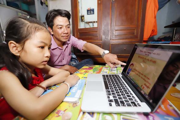 Bộ GD-ĐT cho phép trường phổ thông kết hợp dạy học trực tuyến và trực tiếp - Ảnh 1.