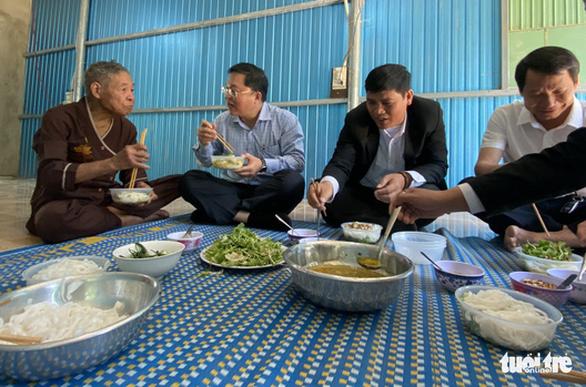 Chủ tịch Quảng Nam ăn trưa cùng người dân vùng sạt lở ngày đầu xuân - Ảnh 1.