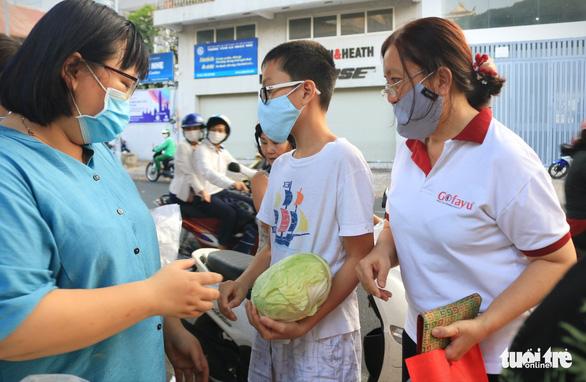 Người trẻ Sài Gòn thuê xe ra tận Hải Dương mua bắp cải về bán giá... 0 đồng - Ảnh 3.