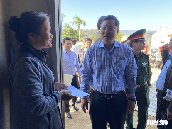 Chủ tịch Quảng Nam ăn trưa cùng người dân vùng sạt lở ngày đầu xuân - Ảnh 6.