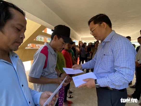 Chủ tịch Quảng Nam ăn trưa cùng người dân vùng sạt lở ngày đầu xuân - Ảnh 4.