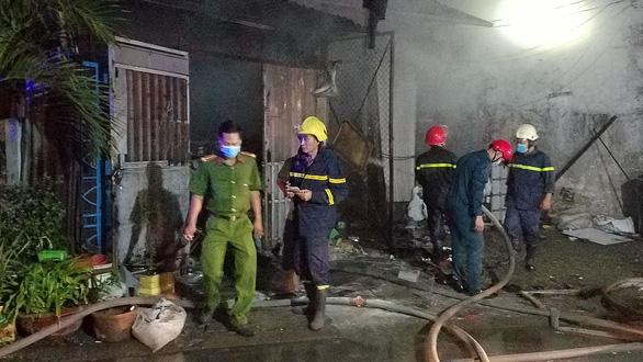 Cháy lớn vựa phế liệu trong đêm, người dân xung quanh hoảng hốt - Ảnh 2.