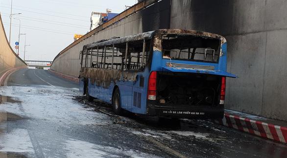 Xe buýt cháy dữ dội trong hầm chui An Sương - Ảnh 4.