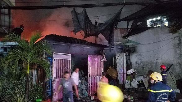 Cháy lớn vựa phế liệu trong đêm, người dân xung quanh hoảng hốt - Ảnh 1.