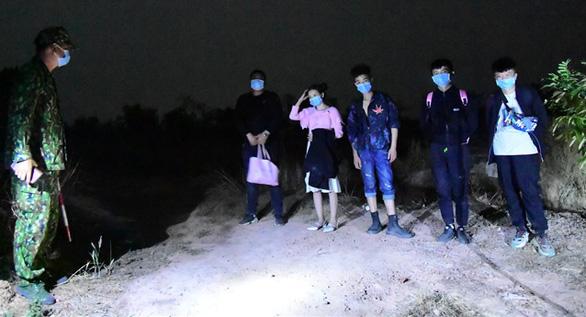 Bắt 5 người Trung Quốc nhập cảnh trái phép, đi từ Bắc vào Nam để trốn qua Campuchia - Ảnh 1.