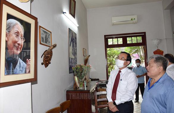 Bí thư Thành ủy TP.HCM Nguyễn Văn Nên thăm cán bộ y tế tiêu biểu - Ảnh 2.