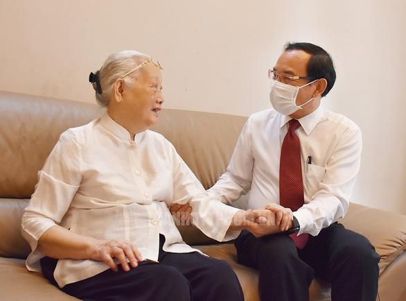 Bí thư Thành ủy TP.HCM Nguyễn Văn Nên thăm cán bộ y tế tiêu biểu - Ảnh 1.