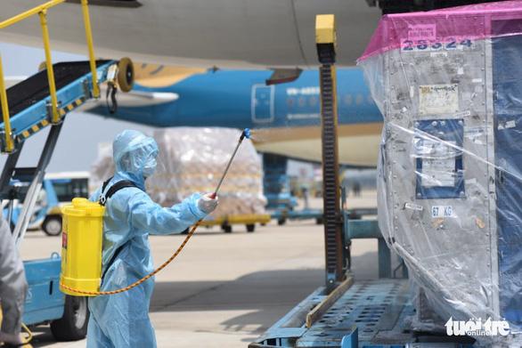 Lô vắc xin ngừa COVID-19 đầu tiên về Việt Nam đã đáp xuống sân bay - Ảnh 4.