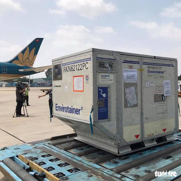 Lô vắc xin ngừa COVID-19 đầu tiên về Việt Nam đã đáp xuống sân bay - Ảnh 7.