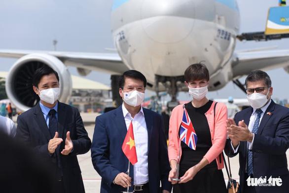 Lô vắc xin ngừa COVID-19 đầu tiên về Việt Nam đã đáp xuống sân bay - Ảnh 2.