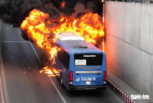 Xe buýt cháy dữ dội trong hầm chui An Sương - Ảnh 2.