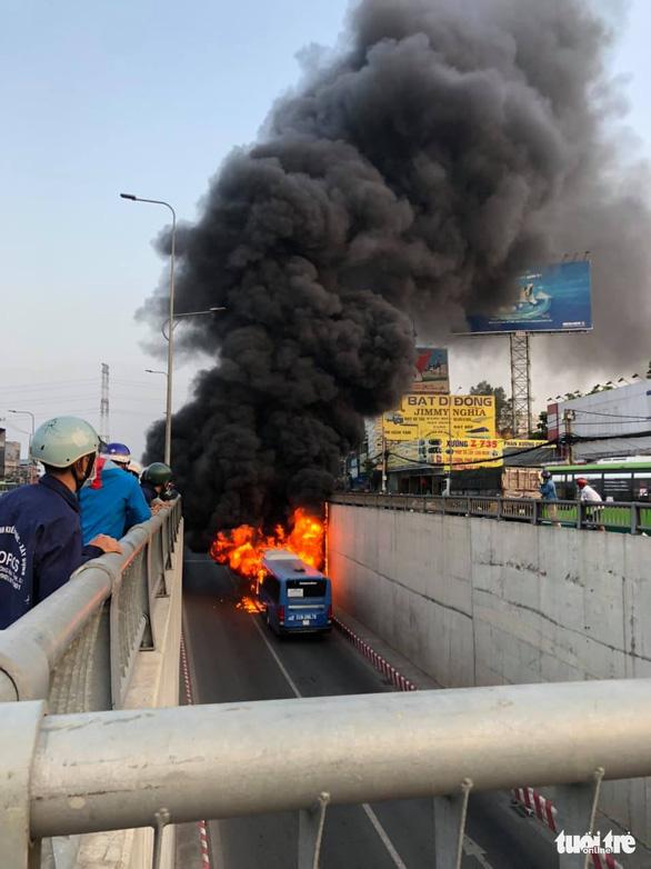 Xe buýt cháy dữ dội trong hầm chui An Sương - Ảnh 3.