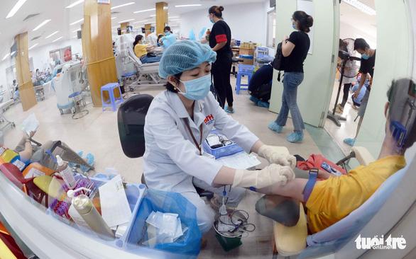 Mùa dịch, tiếp nhận hiến máu theo cách an toàn - Ảnh 1.