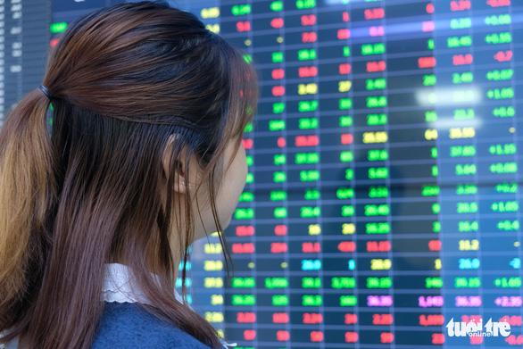 Chứng khoán lao dốc đột ngột, nhà đầu tư lại đứng tim vì nghẽn lệnh - Ảnh 1.