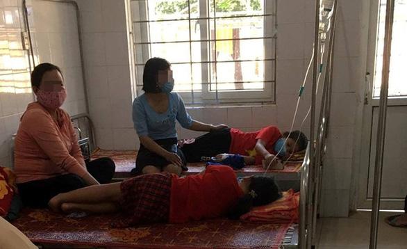 18 học sinh tiểu học nhập viện sau bữa trưa ở trường - Ảnh 1.