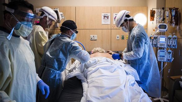 Các bác sĩ kể về cái chết của bệnh nhân COVID-19: Khủng khiếp chưa từng thấy - Ảnh 1.