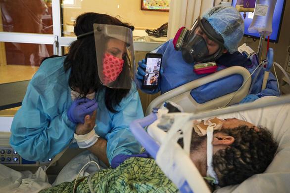 Các bác sĩ kể về cái chết của bệnh nhân COVID-19: Khủng khiếp chưa từng thấy - Ảnh 2.