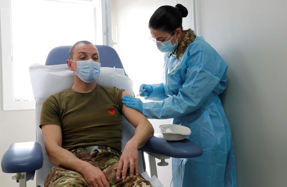 Sáng nay, lô vắc xin đầu tiên về Việt Nam qua sân bay Tân Sơn Nhất - Ảnh 2.