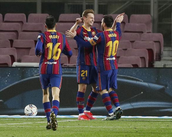 Messi rực sáng, Barcelona rút ngắn khoảng cách với hai đội bóng thành Madrid - Ảnh 2.
